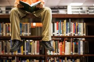 uomo che legge